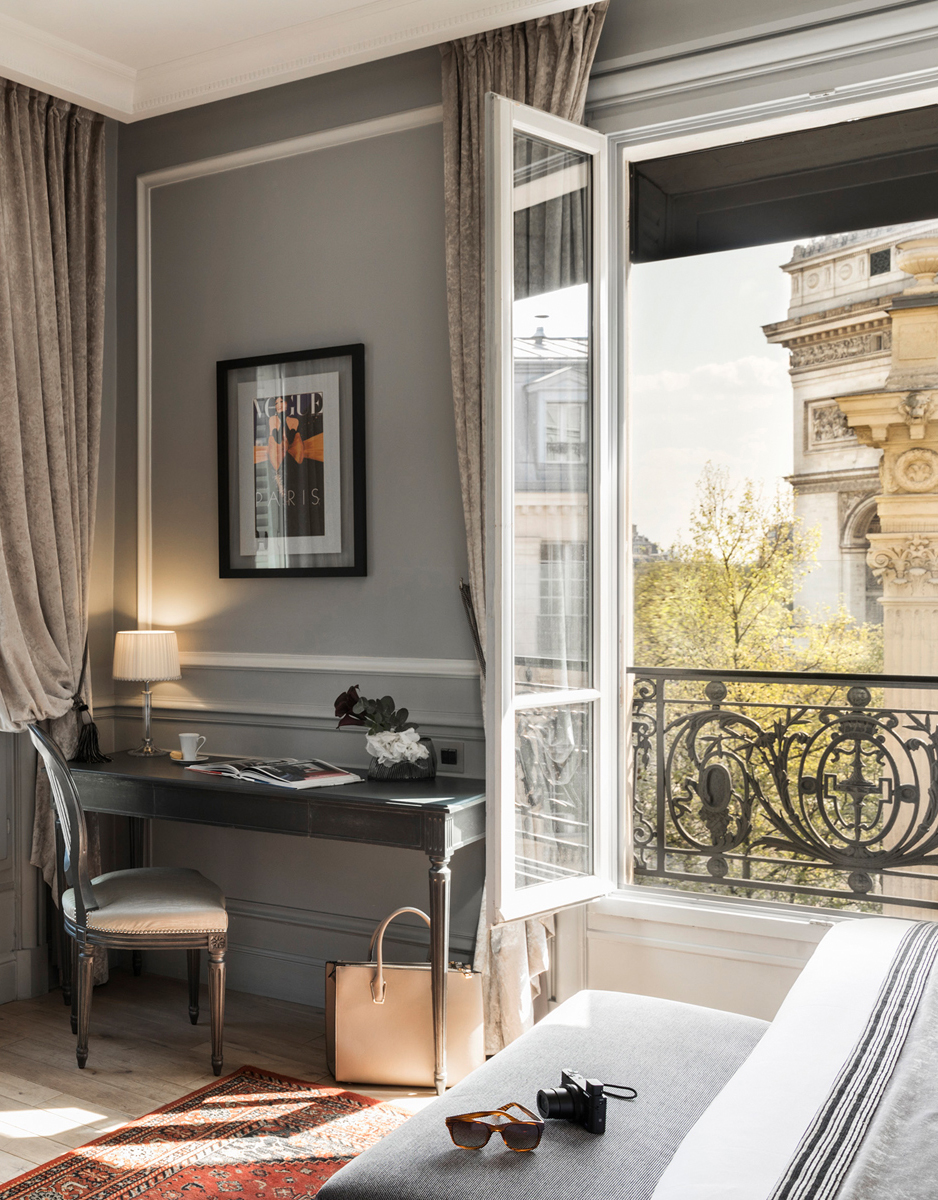 Luxury hotel with a view on the Arc de Triomphe